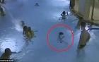 Gần 5 phút đuối nước giữa bể bơi, bé trai 5 tuổi suýt chết mà không ai phát hiện ra