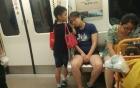 Bé trai dùng tay làm gối cho mẹ ngủ trên tàu điện gây xúc động MXH