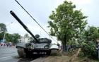 Tăng T-72 Belarus biến dạng sau khi lao vào trụ điện trong lúc diễu hành