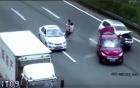 Cặp vợ chồng bế con qua đường vô tình gây ra tai nạn liên hoàn