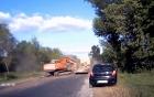 Khoảnh khắc đáng sợ khi máy múc bất ngờ văng khỏi xe tải trên đường
