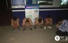 Bốn thanh niên bị ép phải mặc quần ngắn và cởi trần chạy giữa đường vì bị ông chủ phạt