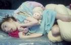 Cái hôn đầu tiên của người mẹ khiến bé gái tật nguyền suốt đời