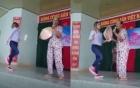 Mỹ Tâm nhiệt tình múa phụ họa cho cụ bà hát