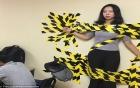 Vi phạm nội quy công ty, cô gái trẻ bị dán băng keo dính chặt vào tường