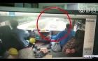 Thót tim khoảnh khắc ô tô 4 chỗ chui qua gầm xe tải để vượt lên trên cao tốc
