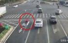 Clip: Bức xúc vì cảnh ùn tắc, người đàn ông tự mang sơn vẽ lại vạch kẻ đường
