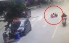 Mẹ cho con đi vệ sinh giữa đường, mải nghe điện thoại khiến đứa trẻ bị xe cán ngang người
