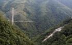 Cầu treo trên vách núi cao chót vót gãy vụn, nhiều người thương vong