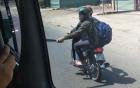 Hai thanh niên tay cầm mã tấu đuổi chém xe khách trên quốc lộ 1
