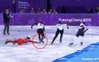 VĐV Triều Tiên dùng tay kéo chân đối thủ khi bị trượt ngã tại Olympic mùa đông