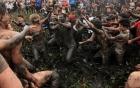 Hàng trăm trai làng hỗn chiến kinh hoàng dưới bùn đen để tranh cướp phết lấy may
