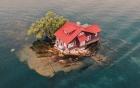 Chỉ đủ chỗ cho đúng một ngôi nhà nhỏ và một cái cây, hòn đảo đáng yêu này chính là nơi ẩn náu tuyệt vời cho những ai thích yên tĩnh