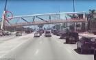 Khoảnh khắc kinh hoàng khi cầu vượt 950 tấn bị sập ở Mỹ: Công nhân xây dựng bị hất văng lên không trung, rơi xuống đống đổ nát