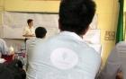 Hình ảnh đẹp: Tài xế GrabBike mặc thêm áo sơ mi trắng để bảo vệ đồ án tốt nghiệp đại học