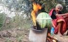 Góc ẩm thực: Gà nhồi vào dưa hấu rồi đem nướng, nghe bất ổn nhưng hóa ra lại là siêu đặc sản
