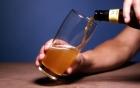 Rót bia có bọt hay không có bọt mới đúng: 99% người uống đang rót sai, ảnh hưởng sức khoẻ