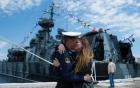 7 ngày qua ảnh: Thủy thủ Nga hôn bạn gái thắm thiết trên bến cảng