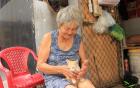 Cụ già bán chuối chiên nuôi chồng bại liệt ở Sài Gòn: