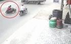 Sau màn phi như thiêu thân, 2 thanh niên cưỡi Exciter nằm gọn dưới gầm xe tải
