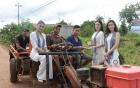 Dàn Hoa hậu, Á hậu ngồi xe công nông đi tặng sách buôn làng