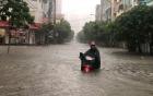 Hà Nội mưa trắng trời, nhiều tuyến phố ngập sâu trong nước