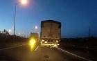 Xe tải chạy ngược chiều trên cao tốc khiến giới tài xế bức xúc