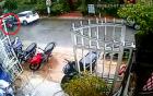 Mở cửa xe bất cẩn, nữ tài xế hạ gục cả gia đình đi xe máy cùng chiều