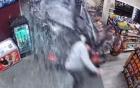 Khoảnh khắc ô tô húc bay cửa kính siêu thị, đâm thẳng vào người đàn ông