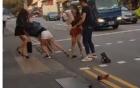 Hai cô gái chửi bới, lao vào đánh nhau, lột quần áo giữa phố