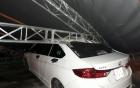 Khung sắt cao 15 mét đổ sập đè bẹp ô tô, nhiều người kịp chạy thoát thân