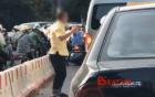 Chờ đèn đỏ, người đàn ông xuống ô tô, tranh thủ tập thể dục ở ngã 4