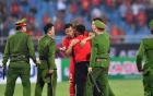 Đội trưởng Quế Ngọc Hải hành động đẹp với fan quá khích, giải cứu khỏi vòng vây an ninh