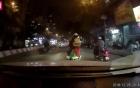 Góc cảnh giác: Con nhỏ nằm ngả người trên xe máy ngủ gật bố vẫn không hay biết