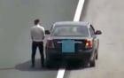 Tài xế ô tô ăn mặc bảnh bao ngang nhiên dừng xe, tiểu tiện giữa đường cao tốc Hà Nội - Hải Phòng