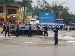 Cận cảnh dàn vệ sĩ của của ông Kim Jong Un chạy bộ quanh xe ở Đồng Đăng