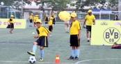 Cầu thủ nhí tâng bóng như Ronaldo tại trại hè bóng đá Dortmund