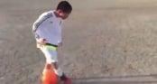 Video: Ngỡ ngàng với khả năng đi bóng của cầu thủ nhí