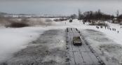 Nga bắc cầu phao dài 100m đưa xe bọc thép vượt sông băng