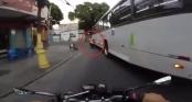 Biker bị buýt cán 2 lần vẫn đứng dậy đi lại như không