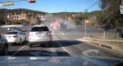 """Ôtô con dừng đèn đỏ, bị xe tải """"là phẳng"""""""