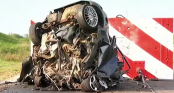 Ô tô biến dạng khủng khiếp khi va chạm ở vận tốc gần 200 km/h