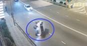 Ô tô đâm vào lan can, lật nhào nhưng tài xế vẫn dựng lại xe đi tiếp