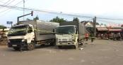 Giây phút 2 ô tô tải lao sập cửa hàng điện thoại, cả gia đình bị vùi lấp