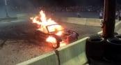 Ôtô bốc cháy dữ dội sau màn đốt lốp kỳ quặc