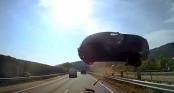 Cảnh tượng kinh hoàng ôtô bay lên không trung lao xuống đầu xe buýt