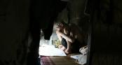 Cuộc sống bí bách và giấc ngủ nằm nghiêng suốt 20 năm trong căn nhà 2m2 ở Hà Nội