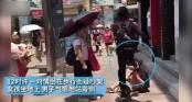 Thiếu niên gây sốc vì liên tục đạp vào bạn gái ở giữa phố