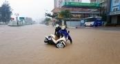 Người phụ nữ nỗ lực để không bị gió bão thổi bay ở Thanh Hóa