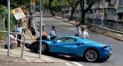 Né chó, siêu xe Ferrari nửa triệu đô méo đầu vì tông vào biển báo